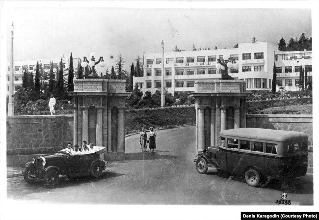 Офицеры НКВД на отдыхе в Сочи, 1938. Снимок предоставлен Денисом Карагодиным