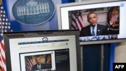د امریکا ولسمشر بارک اوباما په واشنګټن،ډي سي کې د سپینې ماڼۍ له روزویلټ کوټې څخه له یو ټیوب او ګوګل سره په خپله مرکه کې پوښتنې ځوابوي.۳۰ م جنورۍ ۲۰۱۲ م کال