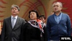 2010-жылдагы Убактылуу өкмөттүн мүчөлөрү: Алмазбек Атамбаев, Роза Отунбаева жана Өмүрбек Текебаев.