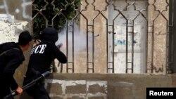 Полиция использует слезоточивый газ у университета аль-Азхар в Каире, Египет (архивное фото)