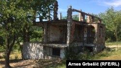Spaljene, neobnovljene kuće u selu Prisade