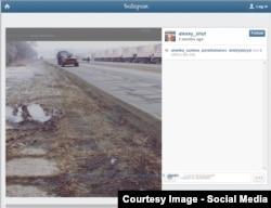 """""""Зубастый"""" танк в Луганске, фотография сделана пользователями социальных сетей. На другой стороне дороги - колонна автомобилей так называемого гуманитарного конвоя"""
