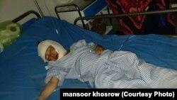 کودکی که در اثر اصابت هاوان زخمی شده در شفاخانه غور برای درمان منتقل شده است.