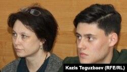 Анна Устинова, вдова журналиста Геннадия Бендицкого, скончавшегося 3 декабря 2017 года, и их сын Олег Бендицкий на судебном заседании в Медеуском районном суде. Алматы, 17 апреля 2018 года.