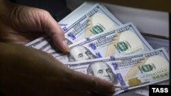 Архивска фотографија - Пребројување пари во банка
