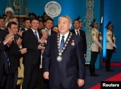 Президент Казахстана Нурсултан Назарбаев входит в зал для инаугурации. Астана, 29 апреля 2015 года.