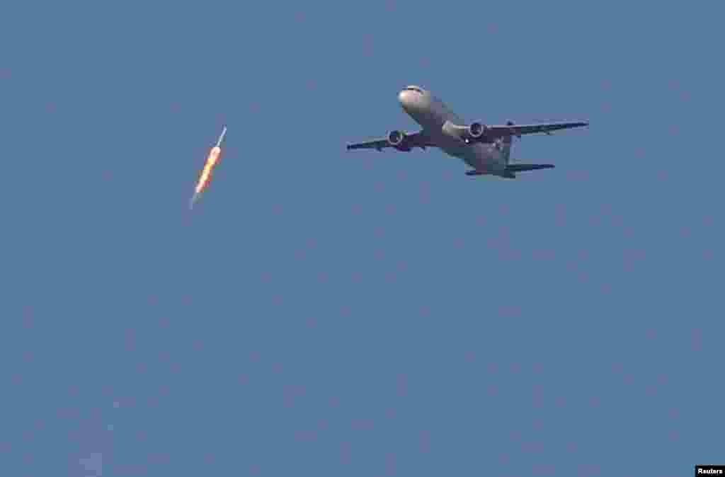 "Gaýtadan ulanylýan ""SpaceX Falcon 9"" raketasy ""Virgin Airlines"" ýolagçy uçarynyň ýokarsyndan kosmosa barýar. Ol 30-njy martda Floridada uçuryldy. (Reuters/Gregg Newton)"