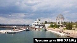 """Пристанището до резиденцията на Ахмед Доган в """"Росенец"""" и двуетажната допълнителна постройка, за които няма одобрен проект"""