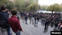 Armenia - Students demonstrate outside Yerevan State University, 8Nov2017.