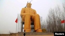 Мао Цзедуннинг 37 метрли олтин ҳайкали.