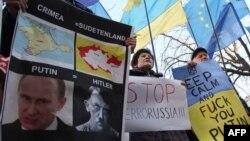 Мітинг противників російської агресії в Криму під стінами німецького посольства, Київ, 11 березня 2014 року