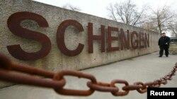 Надпись в люксембургской деревне Шенген, где было подписано Шенгенское соглашение