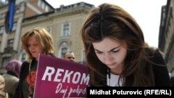 Potpisivanje peticije za osnivanje REKOM-a u Sarajevu, april 2011.