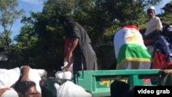 Представитель «Фонда таджика» раздает продовольственную помощь мусульманам рохинджа из Мьянмы, бежавшим в Бангладеш. Скриншот видео на YouTube.