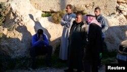 """""""Ислам мемлекеті"""" тұтқындады деген иорданиялық ұшқыштың туысқандары Ракка қаласының маңында тұр. 24 желтоқсан 2014 жыл."""