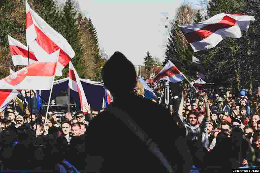 На сцэне лідэр панк-рок гурту «Дай Дарогу!» зь Берасьця Юры Стыльскі