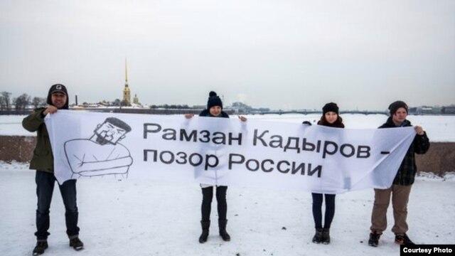 Участники акции на стрелке Васильевского острова