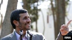 محمود احمدی نژاد معتقد است، غرب بدون رسانه یک روز هم دوام نمی آورد.