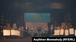 Артисты после спектакля «Желтоксан жели» выходят к зрителям. Алматы, 9 декабря 2015 года.