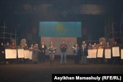 """""""Желтоқсан желі"""" пьесасынан көрініс. Алматы, 9 желтоқсан 2015 жыл."""