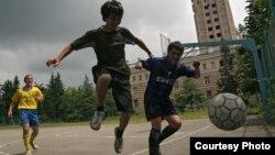 Юные абхазские футболисты с таким же энтузиазмом сегодня гоняют мяч, как их сверстники из шестидесятых...