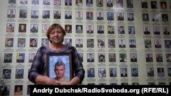 Ніна Брановицька тримає портрет свого сина, убитого громадянином Росії Арсеном Павловим на Донбасі. Стіна пам'яті. Київ