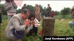 Японцы на могиле предков на кладбище на острове Кунашир (архивное фото)
