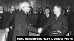 Władysław Gomułka și Nicolae Ceaușescu semnează Tratatului de prietenie, colaborare și asistență mutuală între R. S. România și R.P. Polonia (12 noiembrie 1970) Sursa: comunismulinromania.ro (MNIR)