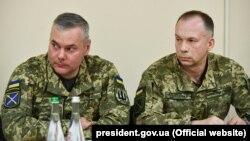 Колишній командувач операції Об'єднаних сил (ООС) ЗСУ Сергій Наєв (ліворуч) і новий командувач Об'єднаними силами генерал-лейтенант Олександр Сирський. Донеччина, 6 травня 2019 року