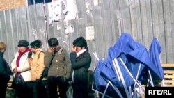 Предприниматели Талдыкоргана в знак протеста против уличной торговли закрыли свои прилавки. 25 октября 2009 года.