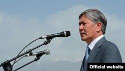 Алмазбек Атамбаев түндүк-түштүк жолунун расмий башталышы учурунда.