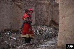 Бала көтерген ауған босқыны. (Көрнекі сурет)
