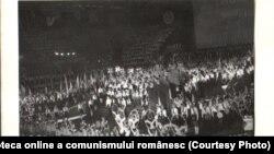 Ceaușescu veghea atent la îndoctrinarea copiilor. Aici, a XXX-a aniversare a înființării Organizației Pionierilor, Palatul Sporturilor şi Culturii, București, 22.VI.1979. Fototeca online a comunismului românesc; cota: 94/1979