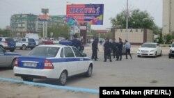 Полицейские у центральной площади города Актау. 28 апреля 2016 года.