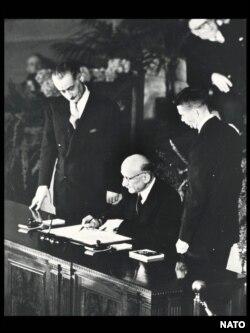 Robert Schuman semnând Tratatul Nord-Atlantic din partea Franței, 4 aprilie 1949.