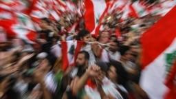 این نخستین بار نیست که معترضان لبنانی «تمام» طبقه حاکم و «همه» احزاب سیاسی شریک در حکومت را «فاسد» خوانده و خواهان کنار رفتن «همه» آنها میشود.
