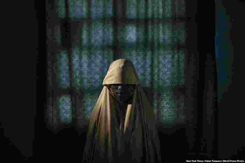 """Номинация: """"Люди"""". Фоторепортаж Адам Фергусон из США сфотографировал девушек после освобождения из рук нигерийской террористической группировки """"Боко Харам"""". Девочкам приказали взорвать себя, но им удалось сбежать. С 2014 года экстремистская группировка похитила более 2000 женщин и детей."""