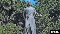 İmadəddin Nəsiminin Bakıdakı heykəli