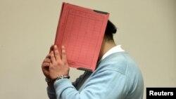 Osumnjičeni medicinski tehničar Nils H. skriva lice u sudnici