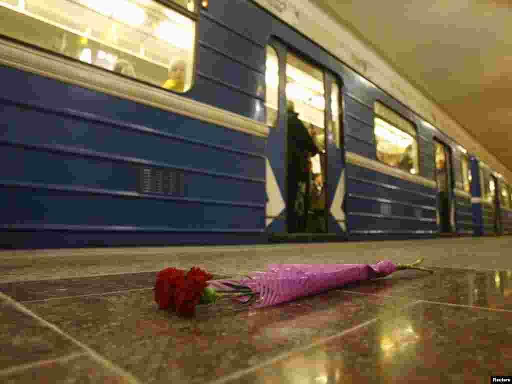Bjelorusija - U eksploziji na metro stanici Oktobarskaya, koji se desio 11.aprila, život je izgubilo 12 osoba, a oko 200 ih je povrijeđeno, Minsk, 14.04.2011. Foto: Reuters / Vladimir Nikolsky