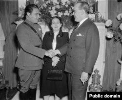 باتیستا، آخرین رهبر کوبا، که دیداری اصولی با یک رئیسجمهوری آمریکا داشت (در تصویر سفر او در سال ۱۹۳۸ به کوبا همراه با همسر اولش و سفیر کوبا در واشینگتن)