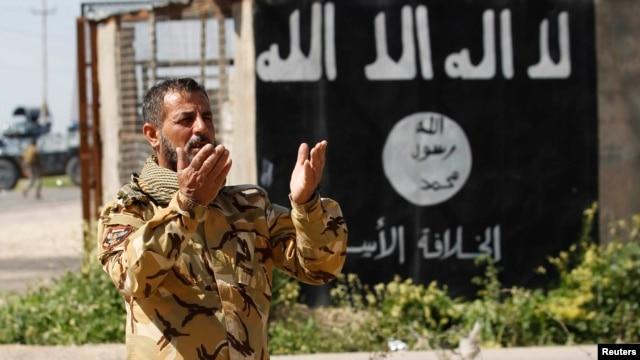 یکی از افراد گروه شیعی «بسیج مردمی» در عراق در منطقهای که از داعش بازپس گرفته شدهاست