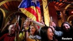 Каталониядагы шайлоонун жыйынтыгын майрамдап жаткан калк.