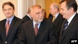Predsjednik Hrvatske Stjepan Mesić sa članovima Predsjedništva BiH Željkom Komšićem i Harisom Silajdžićem tokom posjete BiH 19. novembra 2009
