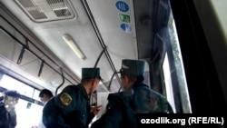 Сотрудники узбекской милиции в общественном транспорте.