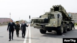 Ադրբեջանի նախագահ Իլհամ Ալիևը Նախիջևանում զննում է ձեռք բերված նոր զինտեխնիկան, ապրիլ, 2014թ․