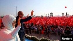 """Туркия президенти Ражаб Тоййиб Эрдўғон рафиқаси Эмина хоним билан """"Демократия ва шаҳидлар митинги""""да, Истанбул, 2016 йил 7 августи."""