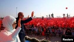 Ілюстрацыйнае фота. Мітынг, арганізаваны Эрдаганам, на знак пратэсту супраць няўдалага вайсковага путчу. Прэзыдэнт Рэджэп Таіп Эрдаган з жонкай вітаюць удзельнікаў мітынгу. Стамбул, 7 жніўня 2016 году