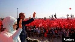 Түркия президенті Режеп Тайып Ердоған мен оның әйелі Әмина Гүлбаран митингіге жиналғандарға қол бұлғап тұр. Стамбул, 7 тамыз 2016 жыл.