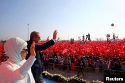 Президент Турции Реджеп Эрдоган машет участникам проправительственной демонстрации. 7 августа 2016 года.